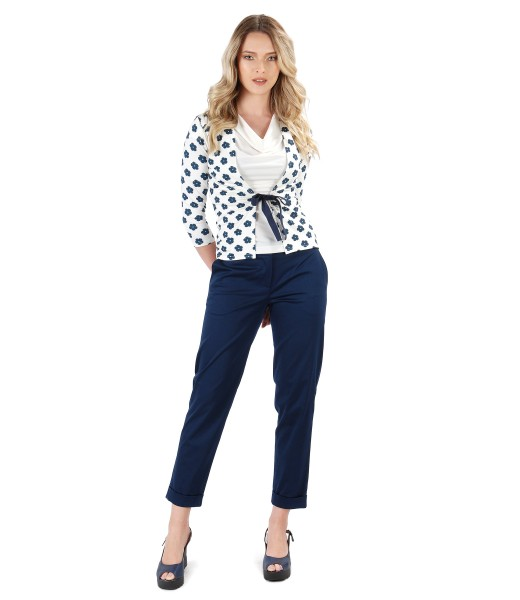 Casual outfit with elastic cotton pants and printed jersey blouse