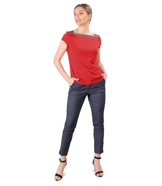 Elegant outfit with denim pants and elastic jersey blouse with rips
